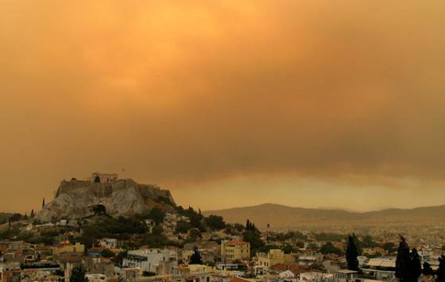 Red sky and smoke over Athens © Associated Press